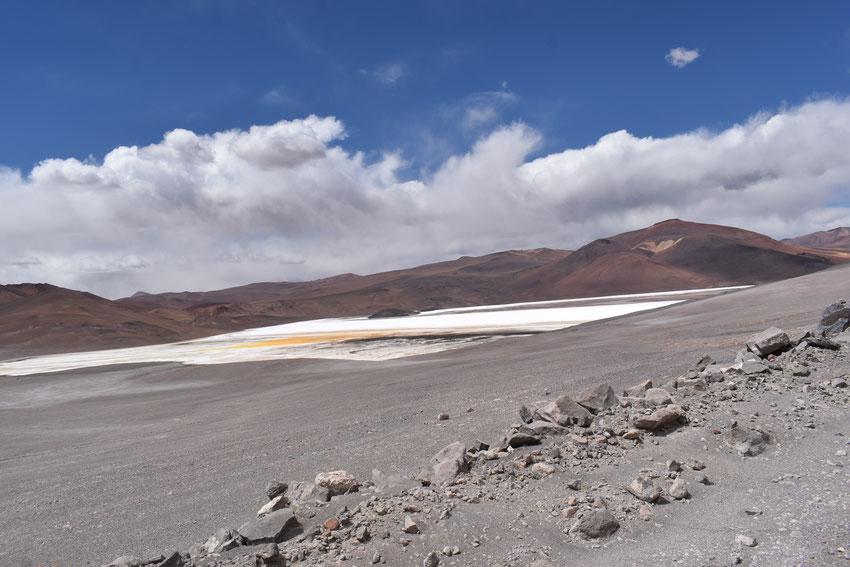 Vista oeste de la laguna de La Azufrera. Se aprecia la concentración de azufre que simula desde lo alto a un huevo frito.