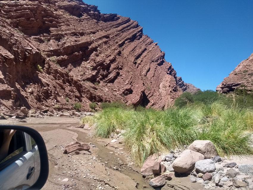 Ni bien entramos al cause del arroyo, comenzamos con las encajonadas de piedras, las cuales nos cerraban el paso obligándonos a buscar pasos alternativos.