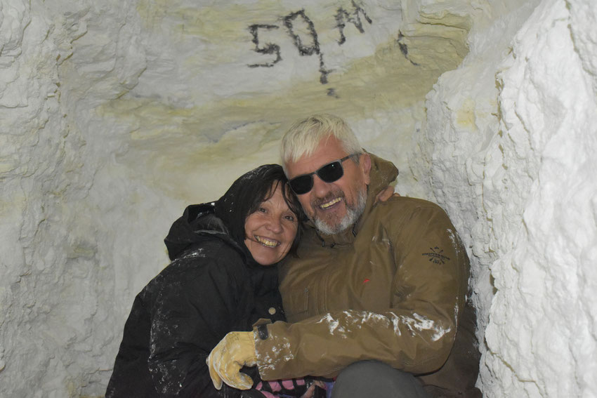 Elena y Jorge, dentro de la cueva a 50 metros de profundidad en Mina Julia, Salta.