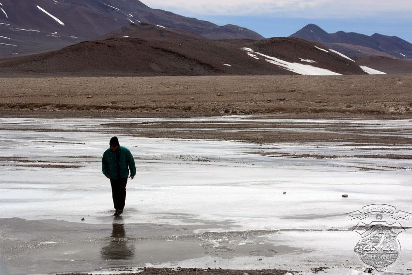 Tony se separa de Pablo y Gerardo para investigar un arroyo temporario congelado, como buena posibilidad de ser cruzado para evitar los penitentes.