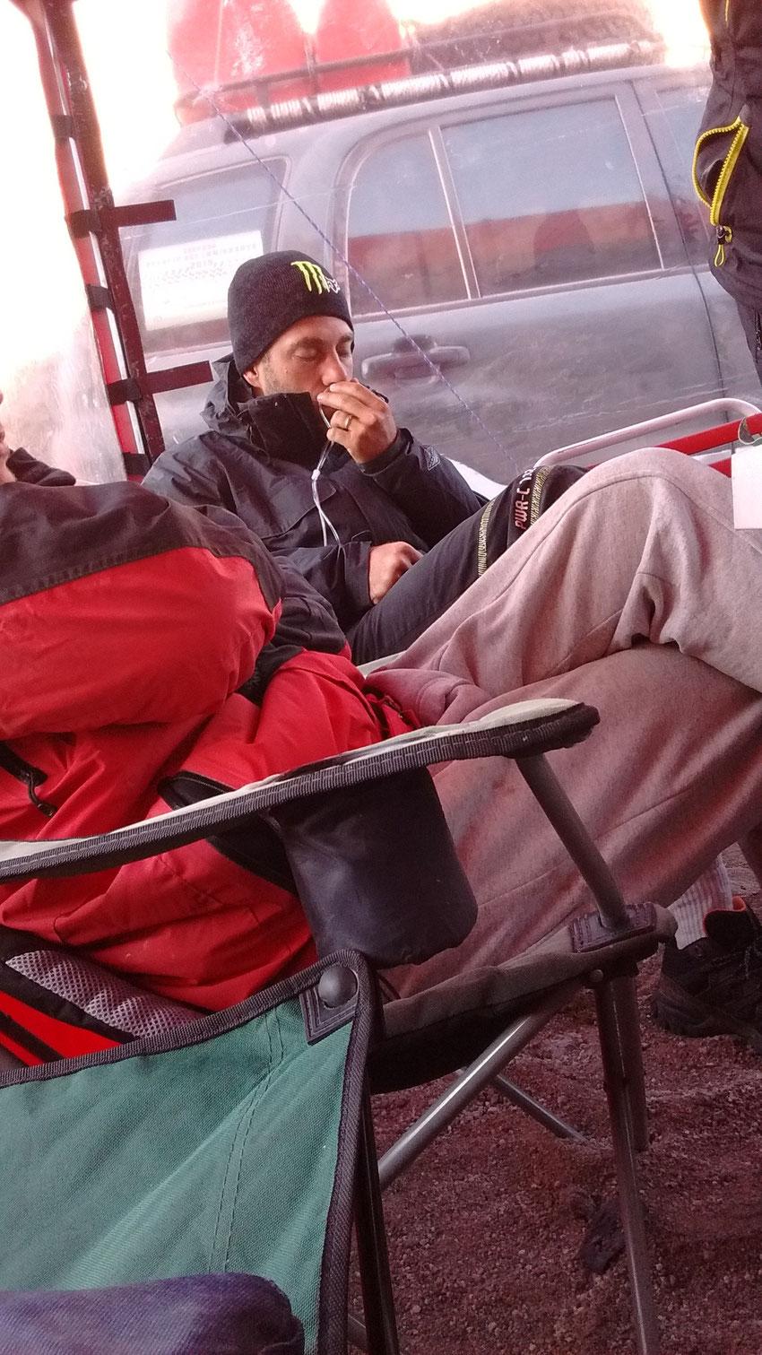 Con un fuerte dolor de cabeza desde el día anterior, Gerardo es asistido por la mochila de oxígeno y rápidamente se recupera, no volviendo a tener necesidad de usarlo.