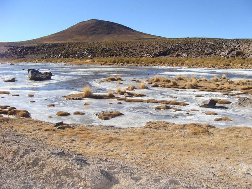 Las bajas temperaturas se reflejaban en cada cauce que cruzábamos congelado.