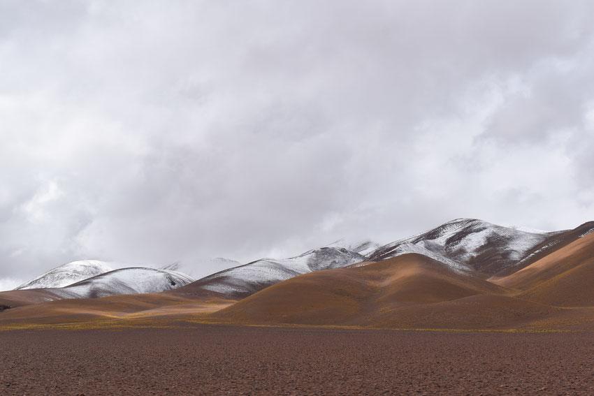 Aparecen los picos de los cerros nevados, estamos yendo para la gran bajada a vega 4.