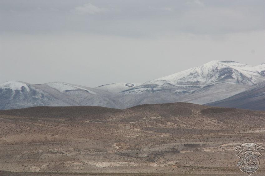 Extraño círculo en la cima nevada de esa montaña, nos llama la atención y despierta todo tipo de conjeturas respecto al origen y uso del mismo.