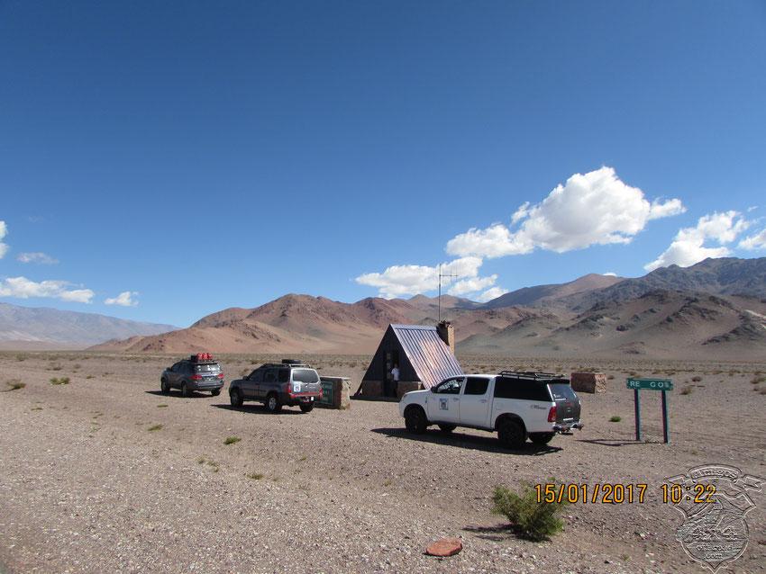 Visitamos algunos de los cinco refugios hasta el paso, dejando algunas latas para quien en algún momento las necesite.