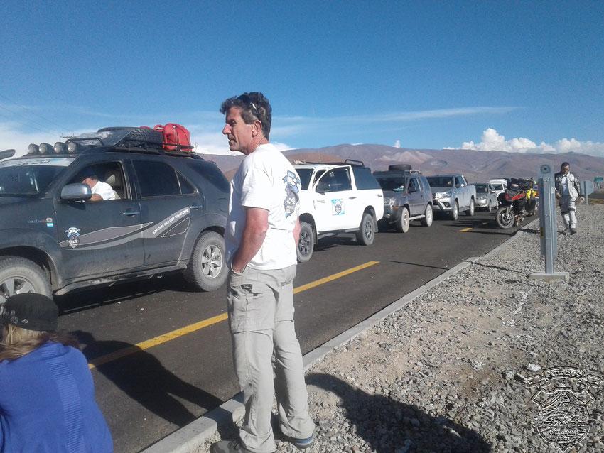Los vehículos haciendo fila mientras hacían bajar hasta el último paquete de las camionetas para su minuciosa revisación.