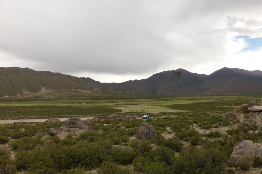 Vista panorámica del lugar donde quedó la camioneta siniestrada, con Jorge y Elena.