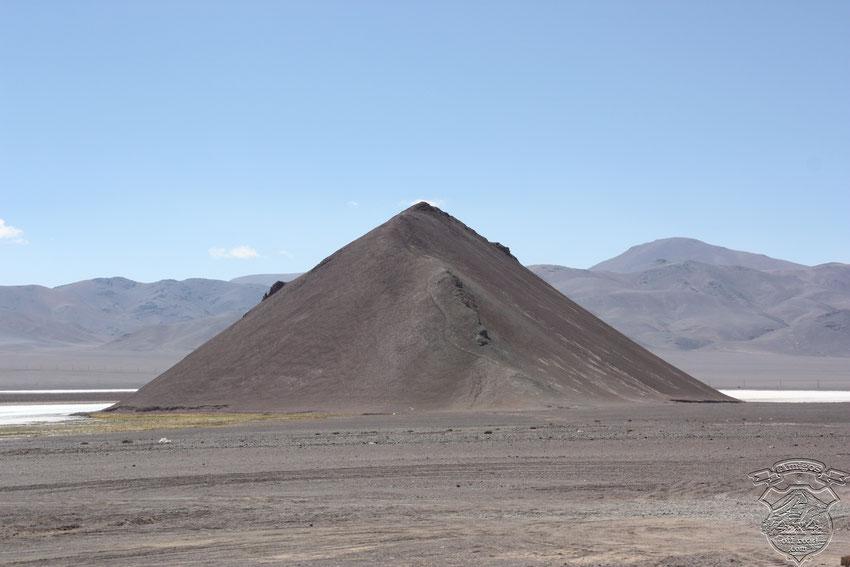 Muy parecido al cono de Arita, en el salar de Arizaro, pero éste se ubica en el salar de Maricunga, Chile.