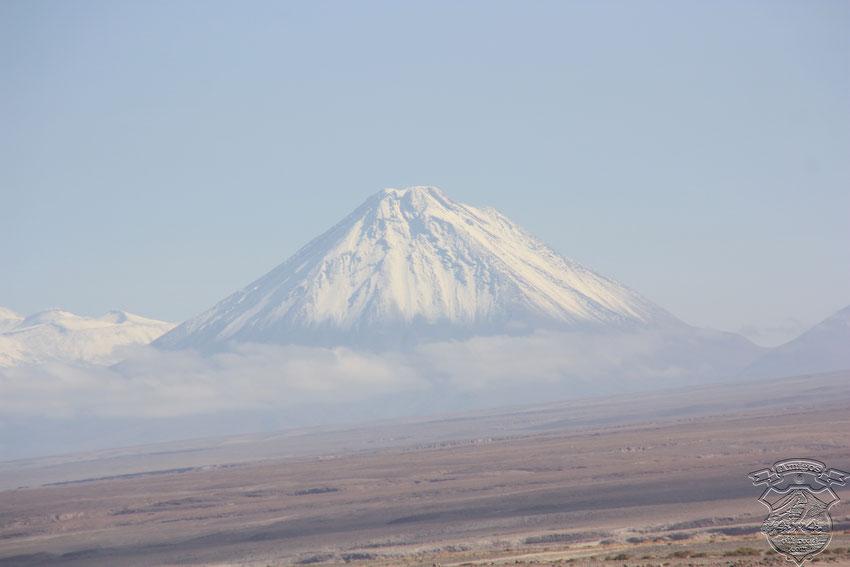 Volcan Lincancabur, con nubes a su alrededor generando perspectivas increíbles.