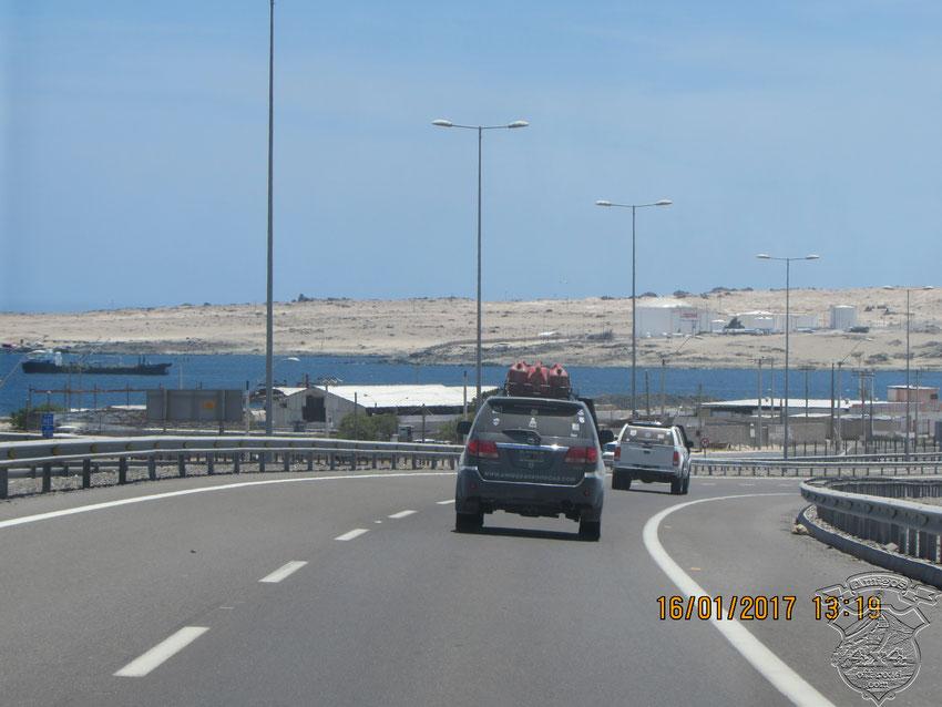"""Trepando al norte por la R5, pasamos por un puerto y playa hermosos que se llaman """"Bahía Inglesa""""."""