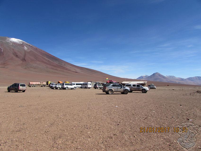 Llama la atención la cantidad de Toyotas TLC y Lexus que hay en el hito. Parecieran ser las preferidas de los operadores de turismo boliviano.
