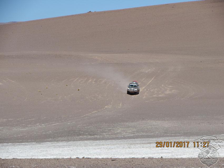 Pasado por una parte bastante floja de arena, salimos del Salar Laguna de Caro para ir a visitar al Salar del Hombre Muerto.