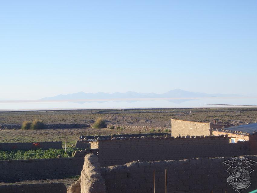 Atrás el salar de Uyuni, a la derecha, el pedazo de terraplén desde donde debemos bajar.....