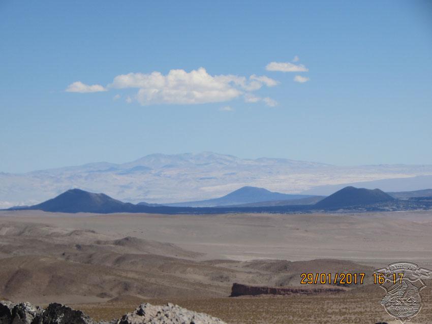 Ya con los volcanes Alumbrera y Antofalla, vamos llegando a Antofagasta de La Sierra en un buen horario, para instalarnos en la Hostería Municipal y poder ir a visitar amigos.