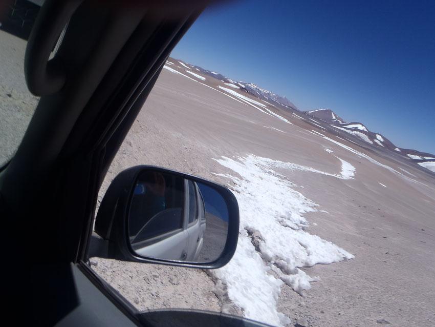 Por acá tampoco, el declive es de 1 metro y abajo hielo. A srguir trepando ahora a los 5300 metros en busca de un cruce de la grieta que tenemos por delante.