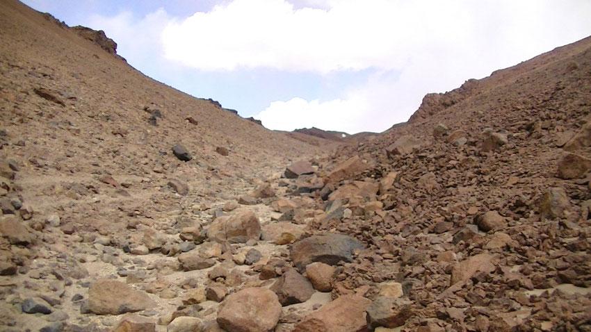 Caminaron Gerardo y Pablo unos cien metros, y se ponía mucho peor, el tamaño de las piedras eran imposibles de sortear.