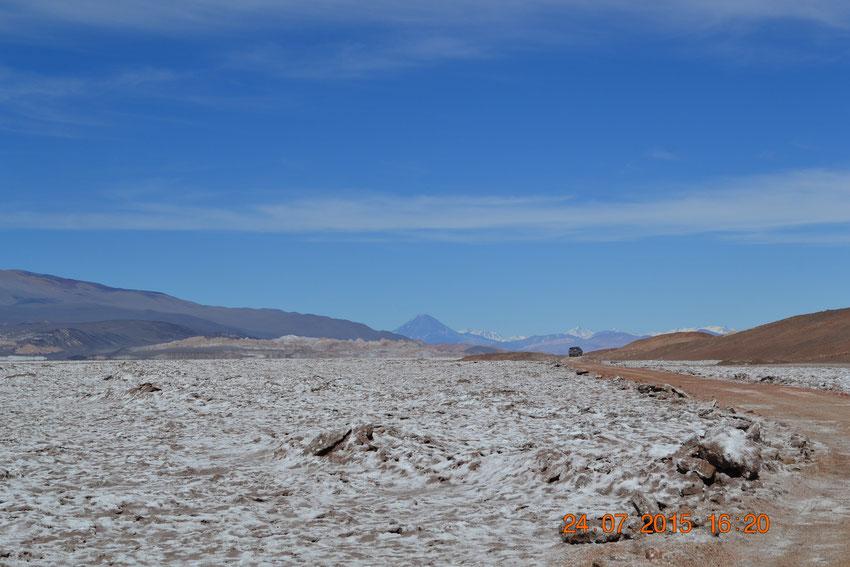 Nos vamos acercando al giro a la derecha que nos lleva directo a Las Quinuas, y el volcán Peinado, con su majestuosa presencia de fondo.