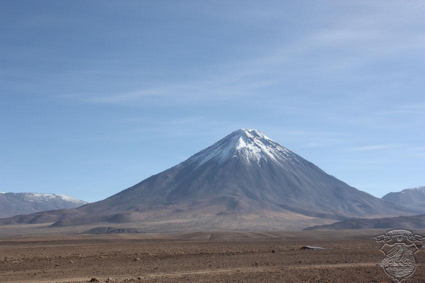 Durante el recorrido por la R27, el Volcán Licancabur, nos vigila atentamente, con una presencia y hasta arrogancia ganada por sus 5950 mts de altura.