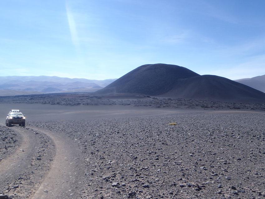 Nos vamos por la huella bien marcada de nuestro track, dejando atrás al volcán del Diablo.