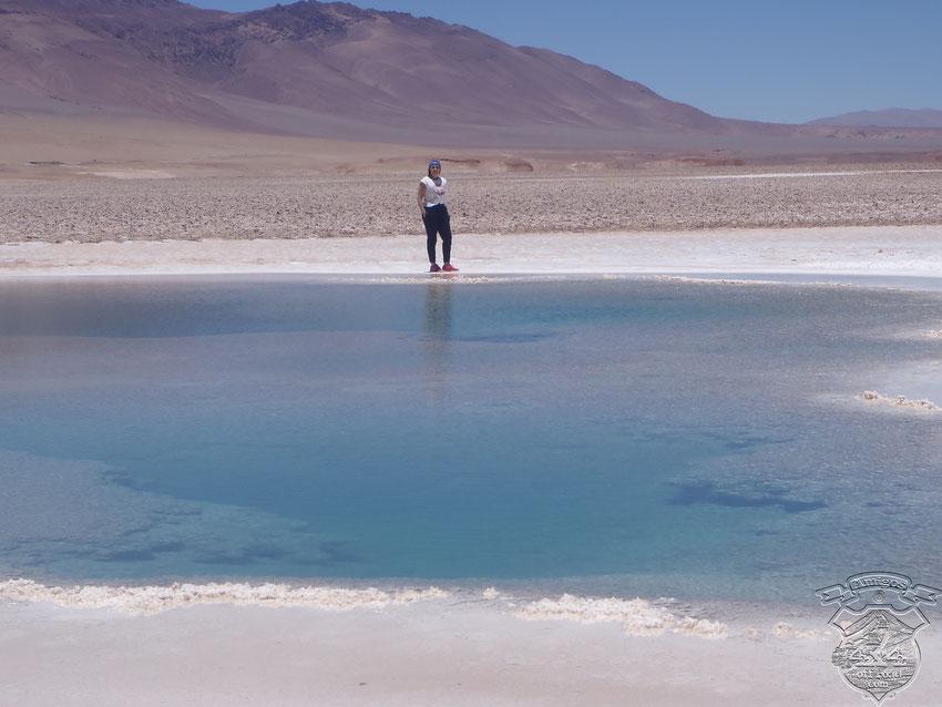 Zari reflejada en uno de los pozos de agua donde la científica, María Eugenia Farías, descubrió los estromatolitos más antiguos del planeta.