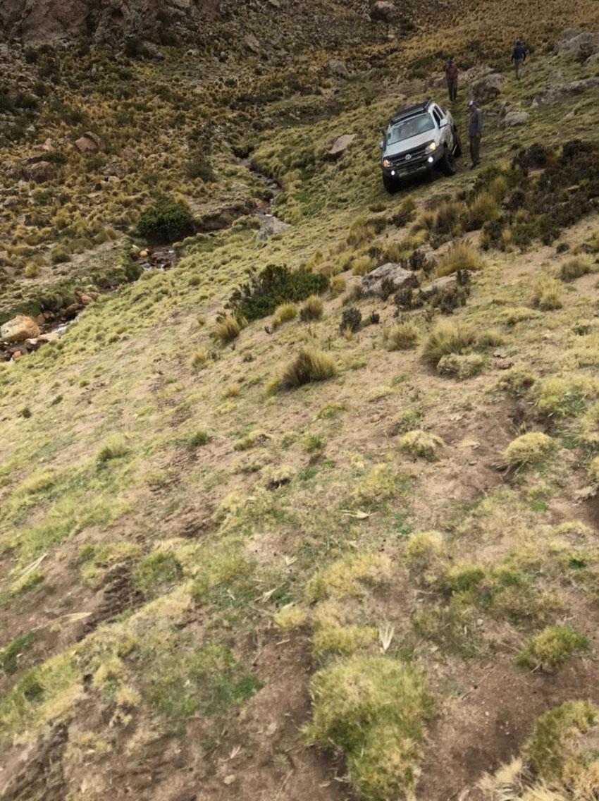 El terreno muy inclinado nos empuja al arroyo, hay que cruzarlo por donde pasaron con la toyo de Pablo el año anterior y trepar el cerro enfrente.