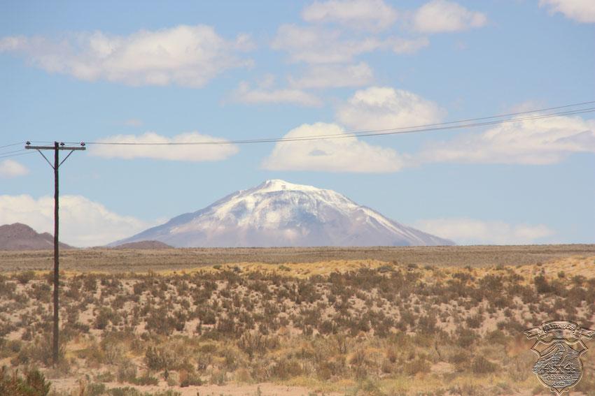 El volcán Tuzgle, custodiando su valle como desde épocas milenarias. Más adelante encontraremos vestigios de la cantidad de piedras que pudo haber arrojado en alguna última erupción.