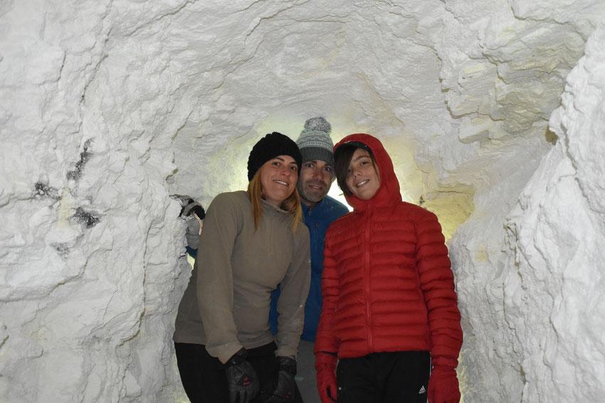 Romina, Thiago y Gerardo, dentro de una cueva de 50 metros de profundidad en Mina Julia. Salta