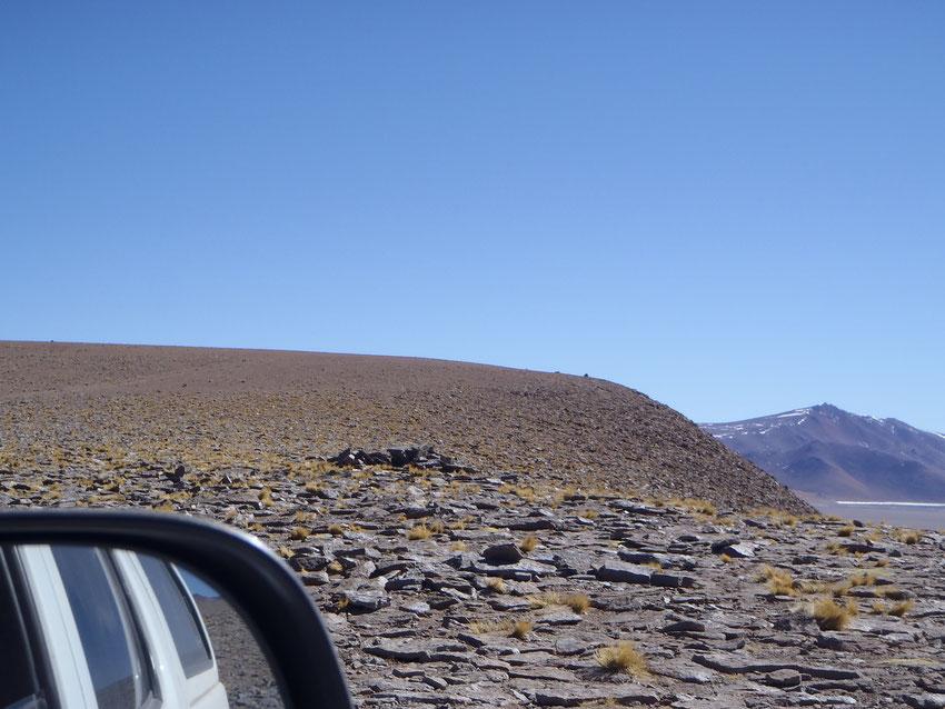Desde la camioneta de Pablo, mientras salen del cráter, observan la apacheta de Amigos4x4.