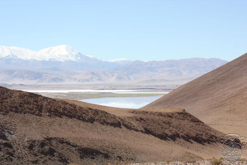 Hermosa vista del Salar de Pocitos. Descenderíamos y lo atravesaríamos por la senda minera.