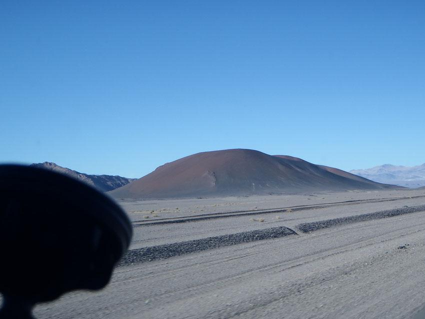 La salida de Antofagasta de La Sierra, con un precioso sol que pinta los volcanes esa mañana, con colores tan especiales.