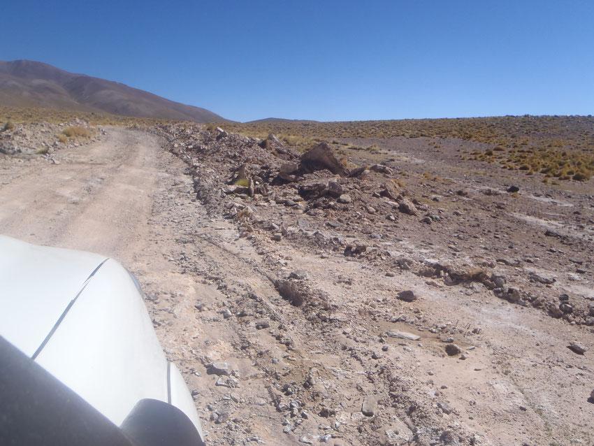 Ni bien abandonamos el asfalto, notamos el trabajo de las mineras desde la última vez que estuvimos, proporcionando un camino ancho y parejo que se puede recorrer sin problemas.  Un cachorro de zorro observa a la derecha de la piedra grande triangular.
