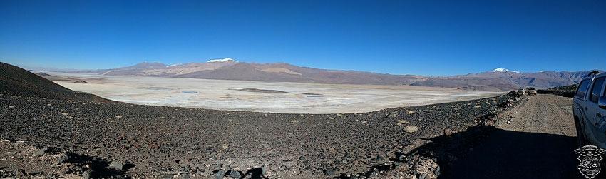 El Salar de Antofalla, acreditando las recientes lluvias, con mucha más agua que en otras fotos que guardamos de él.