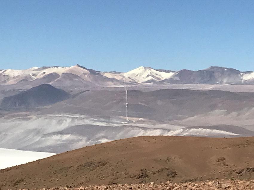 Remontando al norte la rp27, vemosa nuestra izquierda una hermosa vista del Cerro Julia y su manto blanco amarillento y la marca de la ruta del azufre desde Mina Julia hasta Mina La Casualidad, volcada antaño por los carretones que lo transportaban.