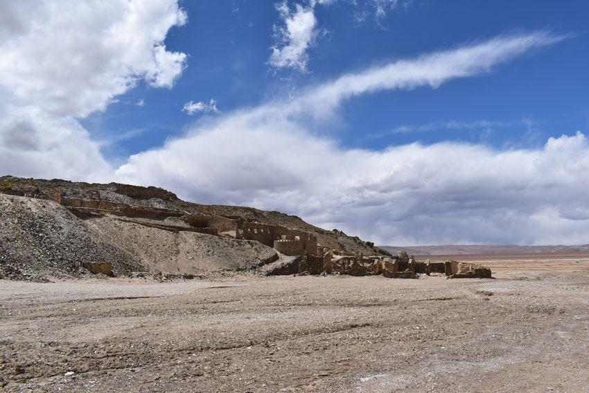De camino hacia Antofagasta de la Sierra, pasamos por las ruinas Jesuíticas, ubicadas en el Salar del Hombre Muerto.
