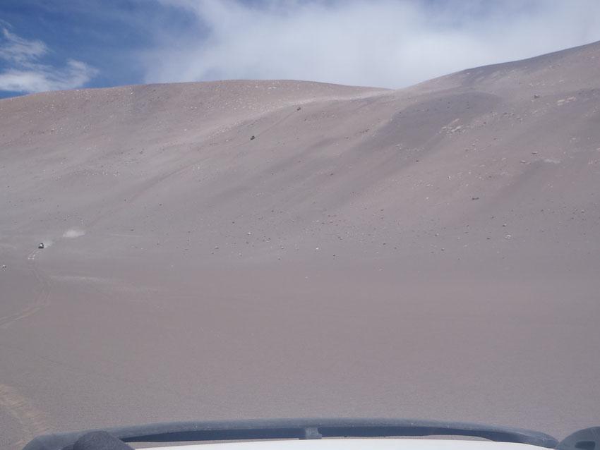 En esta foto y con algo de zoom, aparece también Tony que comienza la bajada. En la foto que sigue, la perspectiva desde la camioneta de Tony.
