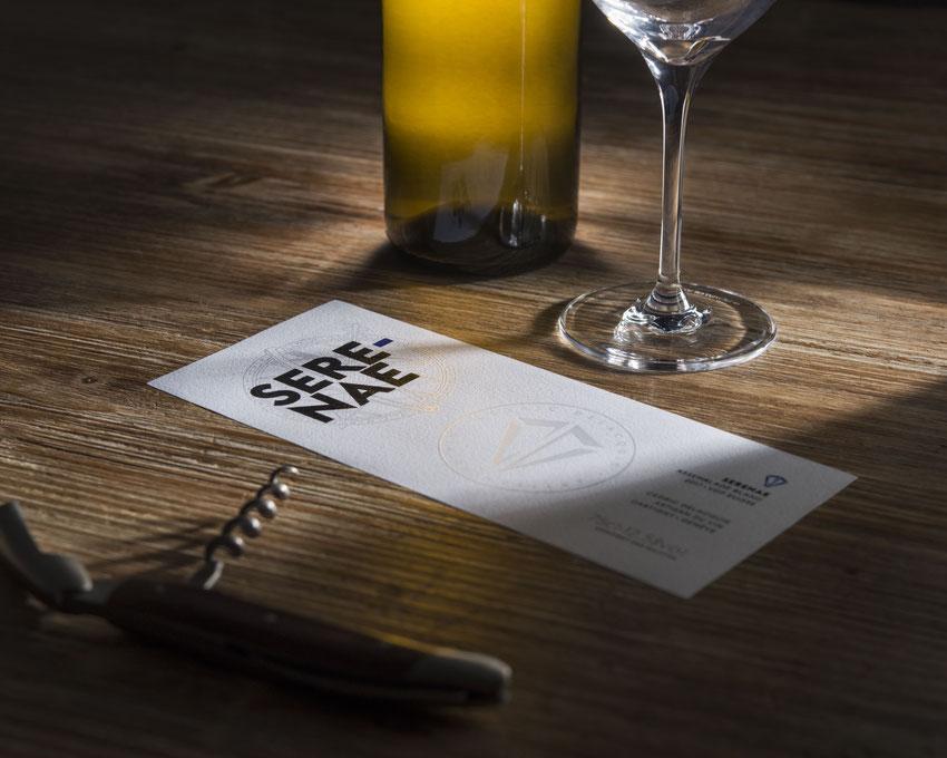 Etiquette de vin d'artisan Serenae, bouteille de vin d'assemblage de vin blanc, tire-bouchon, verre à vin, table en bois