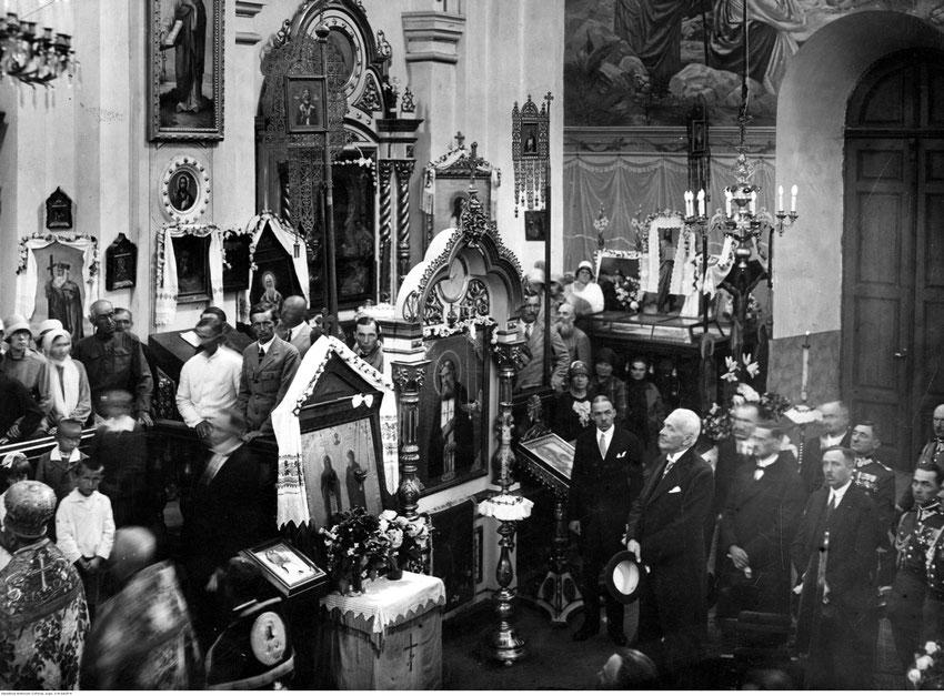 Nicht von Anfang an war das Verhältnis der polnischen Regierung auf Konflikt mit der orthodoxen Minderheit orientiert: Hier besucht der polnische Präsident Ignacy Mościcki (1926 - 1939) einen orthodoxen Gottesdienst.