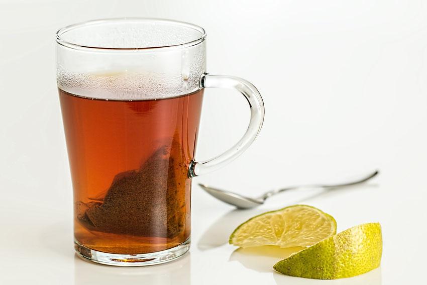 Glas thee met theezakje en citroen
