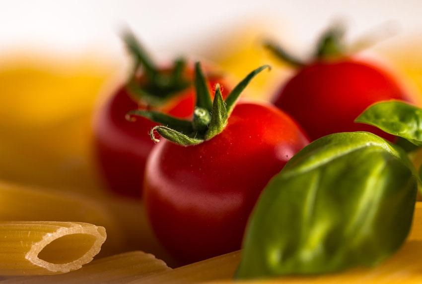 Dezelfde tomaten als een paar foto's terug. Diafragma f/4.5. De foto heeft hier een hele andere uitstraling dan de eerste foto van dit onderwerp.