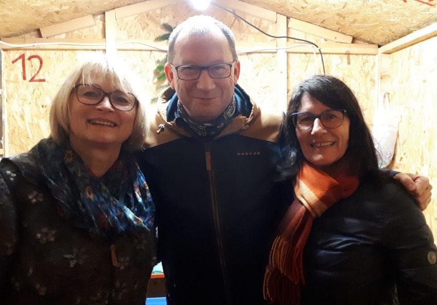Die Mitarbeiterinnen in der SPD-Hütte (von links) Evi Petersamer, Herbert Handlos und Mariele Pfeffer verkauften selbstgebackene Plätzchen und Punsch. Danke allen fleißigen Helfern im Ortsveband für das backen der Plätzchen und Lebkuchen/Stollen.