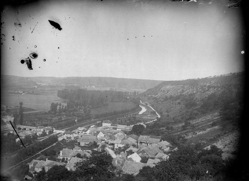 Ces photos datent du début du XXe siècle, extraites d'un fonds de négatifs sur verre de 10 cm sur 15, donné à la commune par Marie-Thérèse Heuré. Le photographe amateur de l'époque a su choisir ses cadres pour valoriser son village.