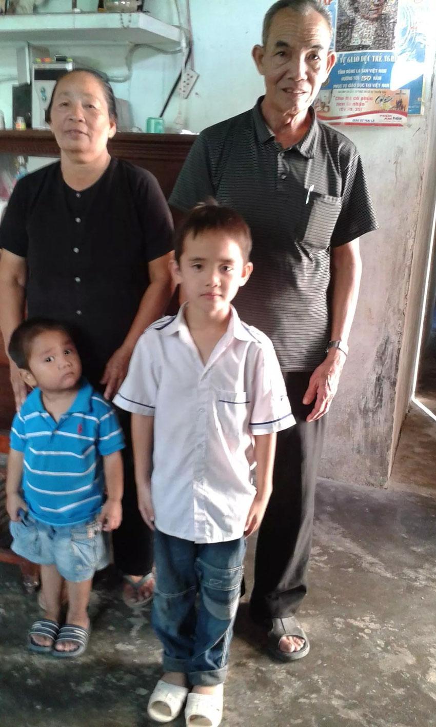 Luongs Eltern und ihre Söhne Minh und Dung