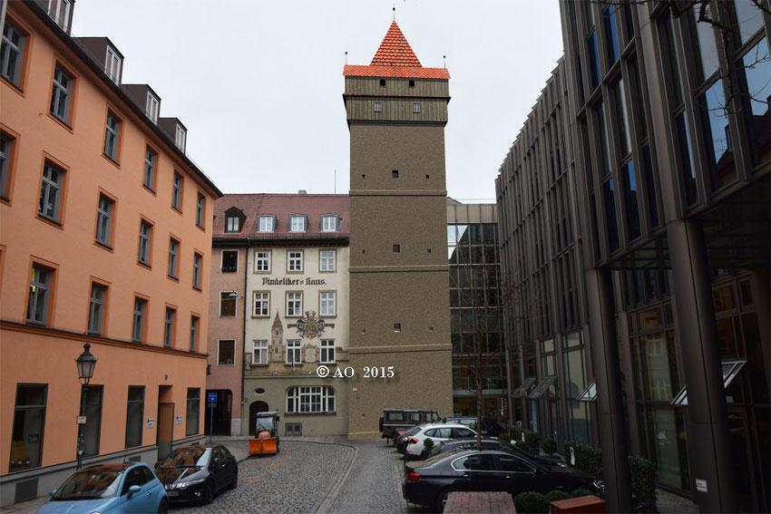 """Der Wachturm """"LUG INS LAND"""" stand nur wenige Meter vom Isartor entfernt. Ziegelstein-Markierungen im Pflaster erinnern an seinen Standort. Das Wandbild links vom Turm entspringt eher der Phantasie eines Künstlers ..."""