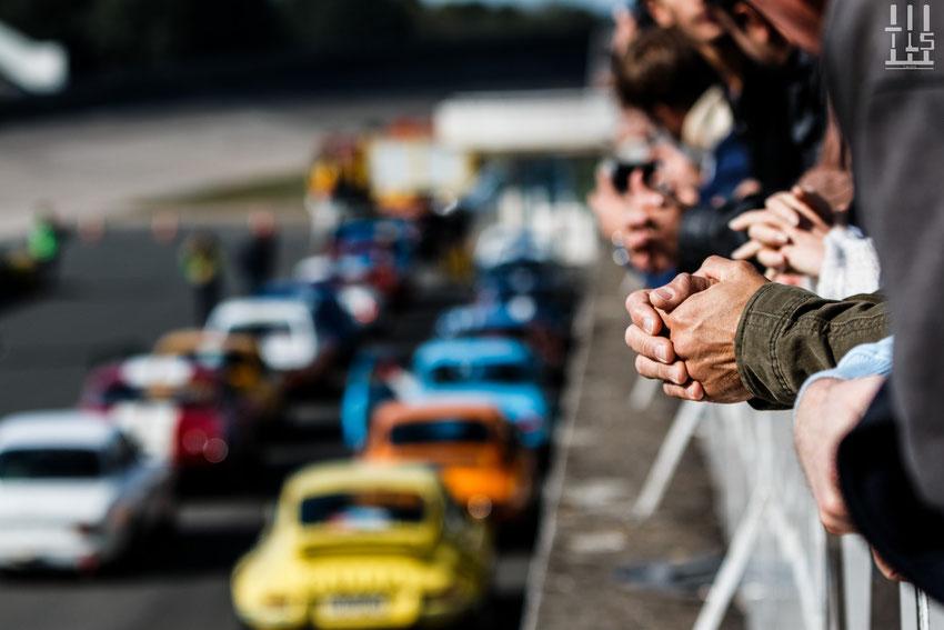 Un peu de stress avant le départ de l'une des nombreuses courses de la journée... - Les Grandes Heures Automobiles 2015, Montlhery