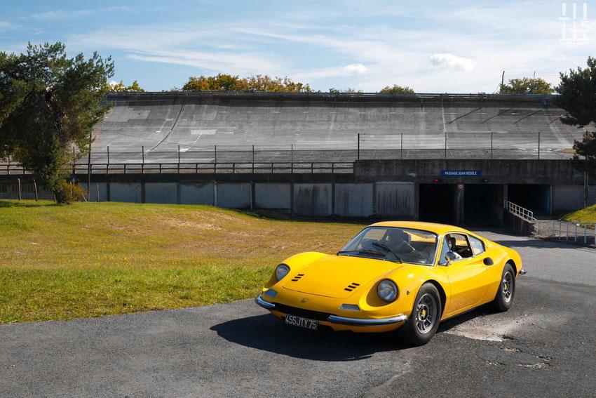 Une superbe Dino 246 GT à la sortie du Passage Jean Rédélé - Les Grandes Heures Automobiles 2015, Montlhery