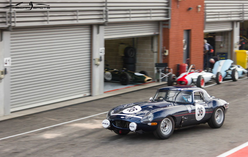 Une petite Jaguar Type-E Lightweight se balade sur la pit lane...