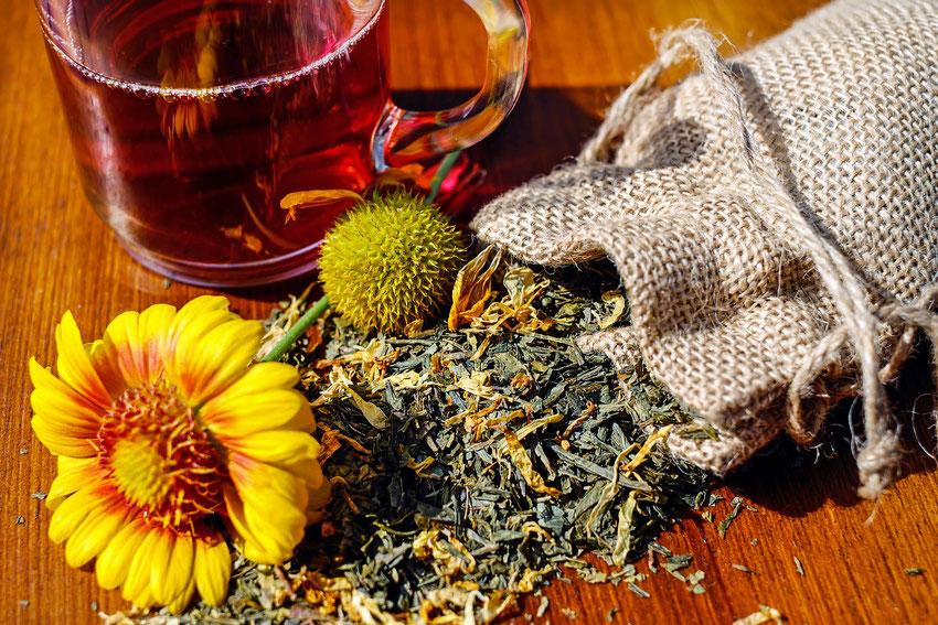 getrocknete Kräuter und Tee
