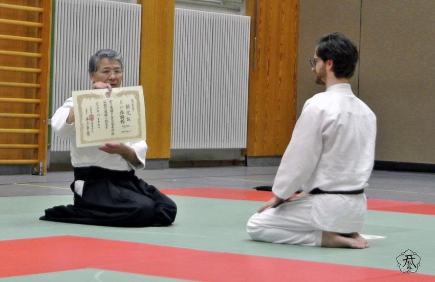 Nagano Sensei überreicht die Dojo-Urkunde. Das Straubinger Dojo ist bei der Aikido Yoshinkan Federation in Tokyo registriert.