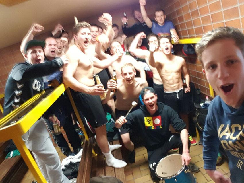 Die Handballer der 2. Herren des TuS Altwarmbüchen haben allen Grund zu feiern, denn sie sind Meister und steigen auf!