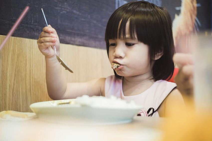 la carie si può trasmettere mangiando con lo stesso cucchiaio